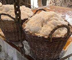 Siedegefäß und Salz in Körben bei Læsø Saltsyderi