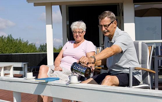 Genießen Sie Ihren Kaffee auf der Terrasse jemandem, der Ihnen am Herzen liegt - Sie erhalten bis zu 25 % Rabatt, wenn Sie nur zu zweit ein Ferienhaus mieten.