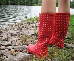 Blote benen in rode stippellaarsjes bij een rivier