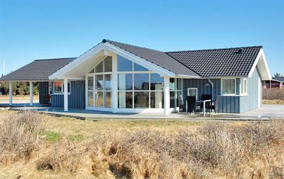 Lysebl�t sommerhus med store vinduer