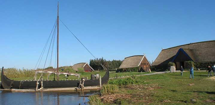 Vikingeby med vikingeskib i Bork Vikingehavn / Bork Vikingehavn