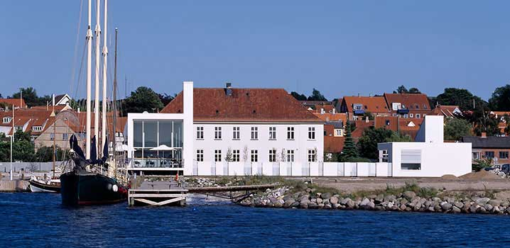 Das schön gelegene Glasmuseum in Ebeltoft / Glasmuseet Ebeltoft