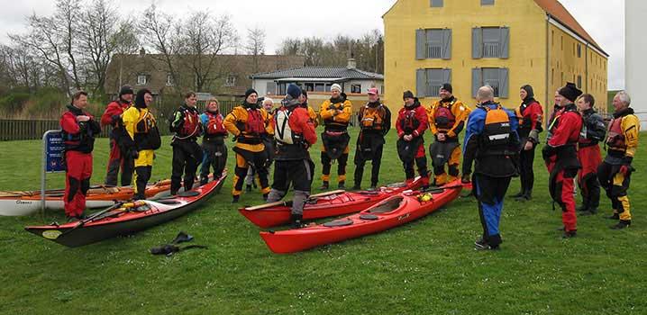 Seekajakpaddler machen Vorbereitungen am Limfjordscentret / Limfjordscentret