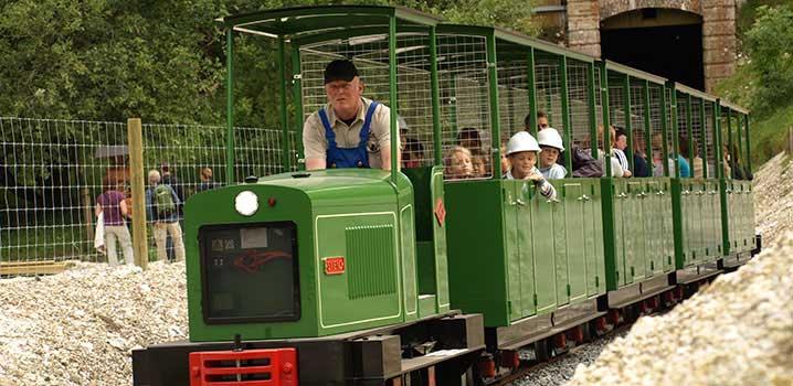 Kinder fahren mit der Grubenbahn der Mønsted Kalkgruber / Minetog