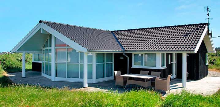 Hellblaues Ferienhaus mit großen Fenstern