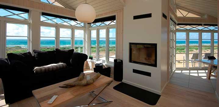 Dejlig lys stue med udsigt over Vesterhavet