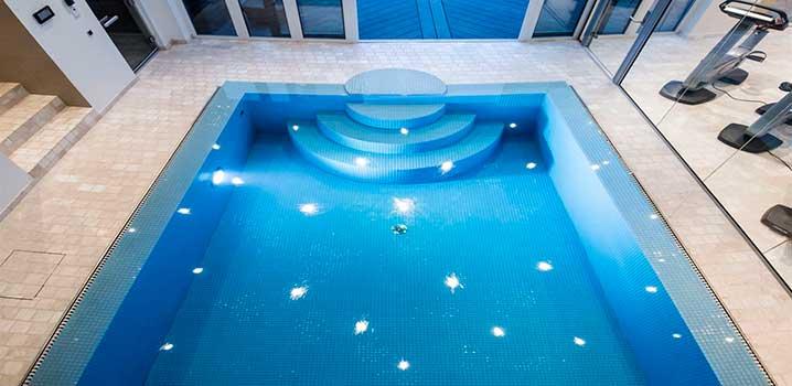 Geschmackvoll eingerichteter Poolraum im Luxusferienhaus