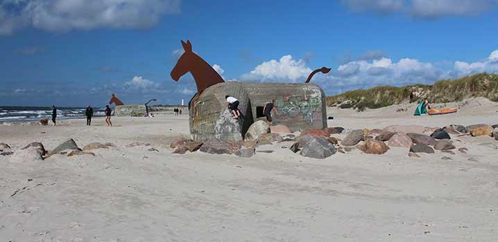 Die berühmten Bunkerpferde am Strand von Blåvand