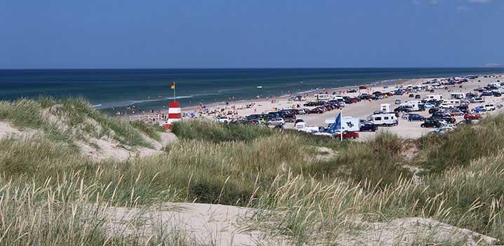 Der breite Strand von Blokhus an einem heißen Sommertag