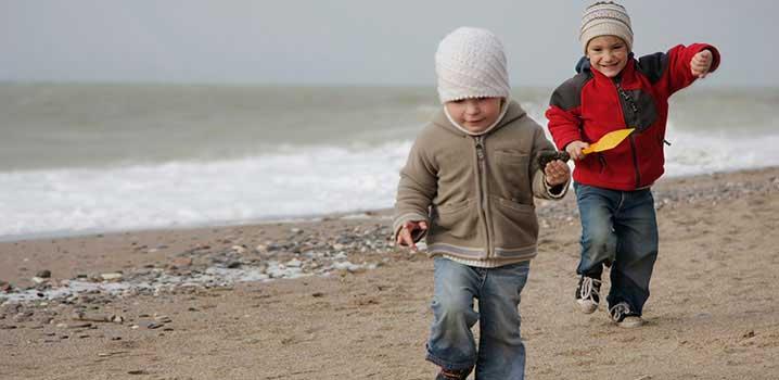 Zwei Kinder spielen am Strand
