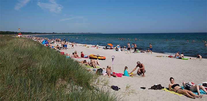 Marielyst Strand voller Badegäste, die das Strandleben genießen