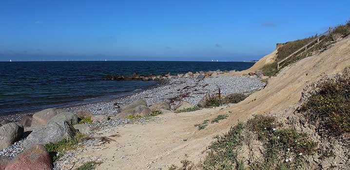wunderbarer Strand mit Steinen
