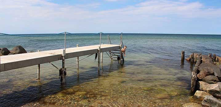 Junge badet im Wasser am Gilleleje Strand