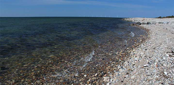 Strand mit Steinen im Meer