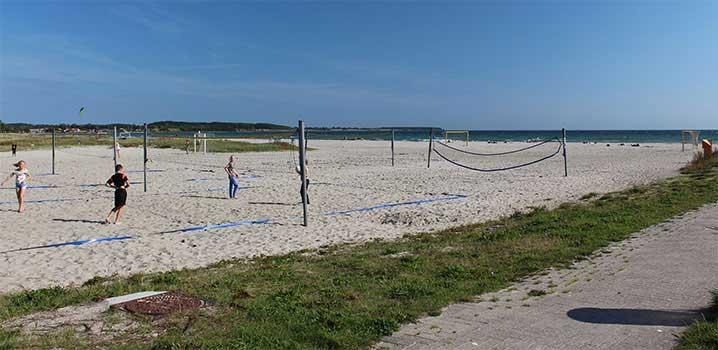 Urlauber beim Beachvolleyball am Strand von Kerteminde