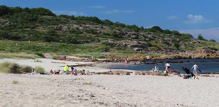 Sandstrand mit Steinen auf Bornholm