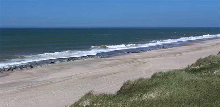 Vrist Strand mit Wellen und Steinen