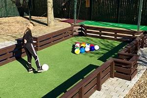 Pige spiller fodbold pool