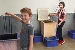 Twee kinderen maken een kaars