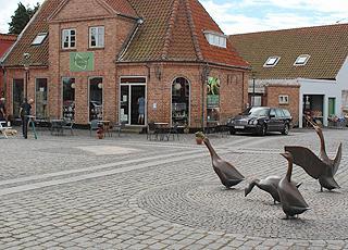 Det hyggelige torv I centrum af Åkirkeby