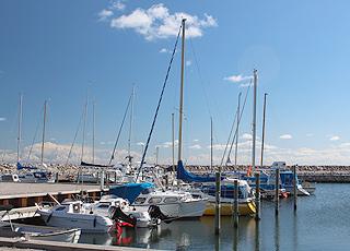 Der gemütliche Hafen mit Freizeit- und Fischerbooten in Ålbæk