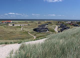 Udsigt over sommerhusområdet og Ringkøbing Fjord i baggrunden fra klitterne i Årgab