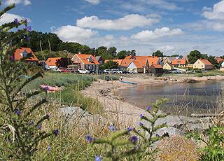 I Årsdale kan I bade fra en lille strand, midt i byen
