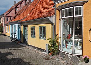 Gammeldags bagerbutik i en af Ærøskøbings brostensbelagte gader