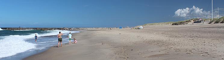 Bred sandstrand med klitter ved Agger