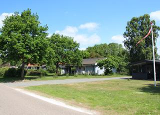 Sommerhuse langs vejen ved søbredden i Alken