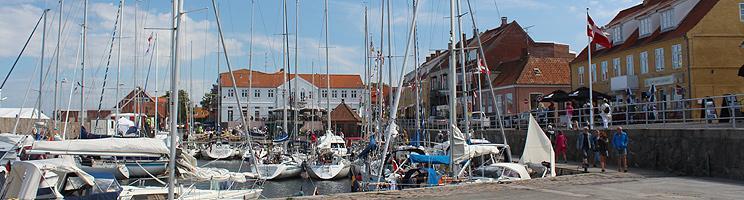En sommerdag med hygge og aktivitet på havnen i Alligen