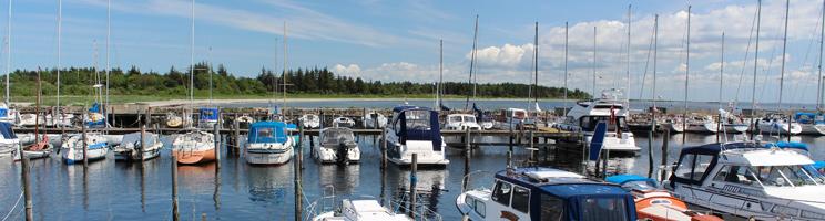 Charmanter Jachthafen neben dem Strand und dem Ferienhausgebiet in Amtoft