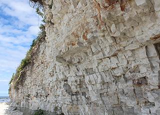 Arnager Klint er en spektakulær kalkklint ved stranden i Arnager