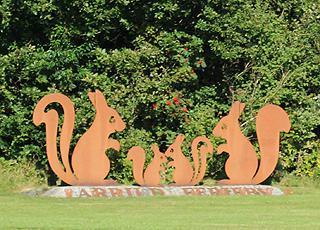 Skulptur af egern – vartegnet for Arrild Ferieby