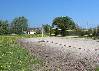 Volleybane bag badestranden i ferieområdet Båring