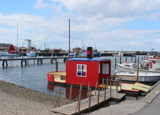 Fiskerbåde og fritidsbåde i den hyggelige havn i Bagenkop