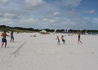 Strandaktiviteter i det hvide sand på Balka Strand