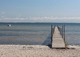 En af de lange badebroer ved Binderup Strand