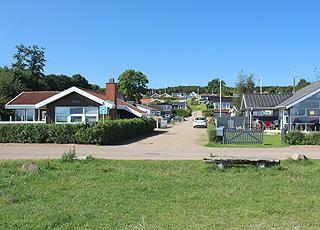 Sommerhusene i Binderup Strand ligger lige bag den lange badestrand