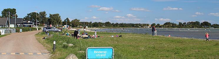Sommerhusene ligger helt tæt på den lange badestrand med flere badebroer i Binderup