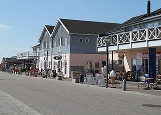 Die gemütliche Hauptstraße in Bisnap bei  Hals mit Geschäften, Gaststätten und Eisdielen