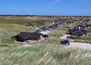 Sommerhusene i Bjerregård ligger bag stranden og de høje klitter