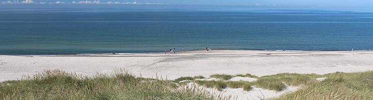 Den brede sandstrand og de høje klitter ved Vesterhavet i Bjerregård