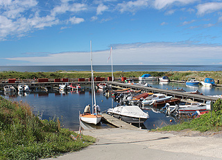 Hyggelig fritidshavn ved stranden og sommerhusene i ferieområdet Boderne