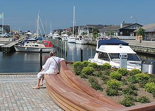 Fritidsbåde langs den charmerende kanal i Svendborg