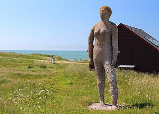 Skulptur af en kvinde ved Jens Søndergaards Museum i Bovbjerg