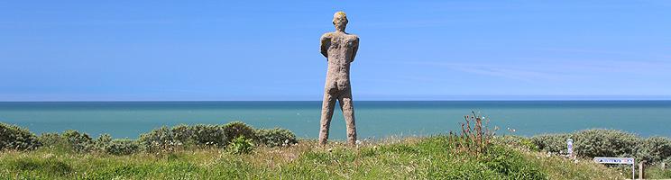 Skulptur af en mand ved Jens Søndergaards Museum i Bovbjerg