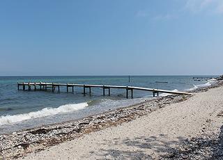 Lang badebro ved stranden i sommerhusområdet Bovense