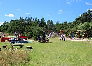 Großer, schöner Spielplatz hinter dem Strand im Ferienhausgebiet Bratten