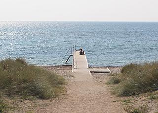 Badebro ved stranden i Bredfjed på Lollands sydkyst